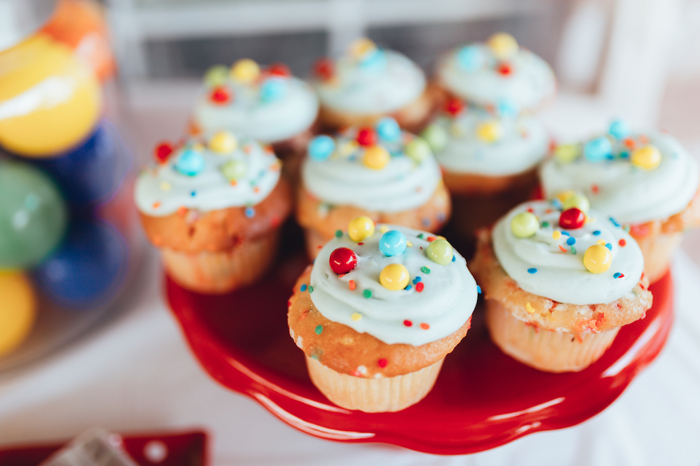 KINGS HAPPY UN-BIRTHDAY - KIDS BALL PARTY by Utah blogger Dani Marie - Red Yellow Blue and Green Ball Cupcakes