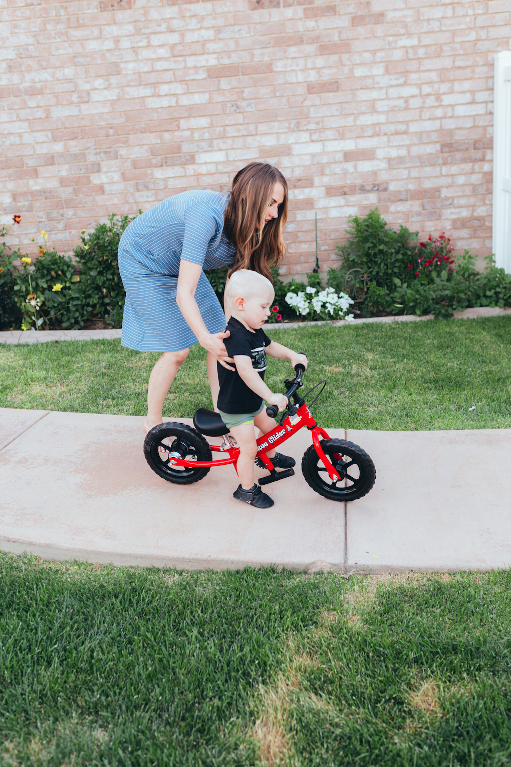 KINGS HAPPY UN-BIRTHDAY - KIDS BALL PARTY by Utah blogger Dani Marie - Mom helping toddler to ride red balance bike