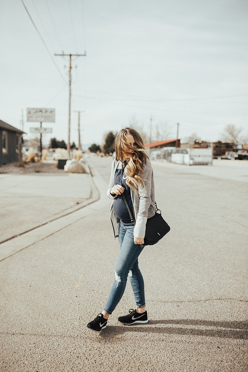 SAVE this ASAP for the perfect tips on how to style a momiform look thanks to Utah Style Blogger Dani Marie.
