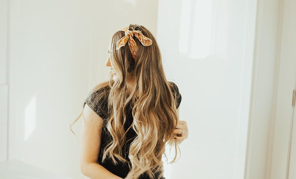 SAVE this right now! See how Utah Style Blogger Dani Marie shares her hair tutorial on 3 simple ways to wear a head scarf this season.