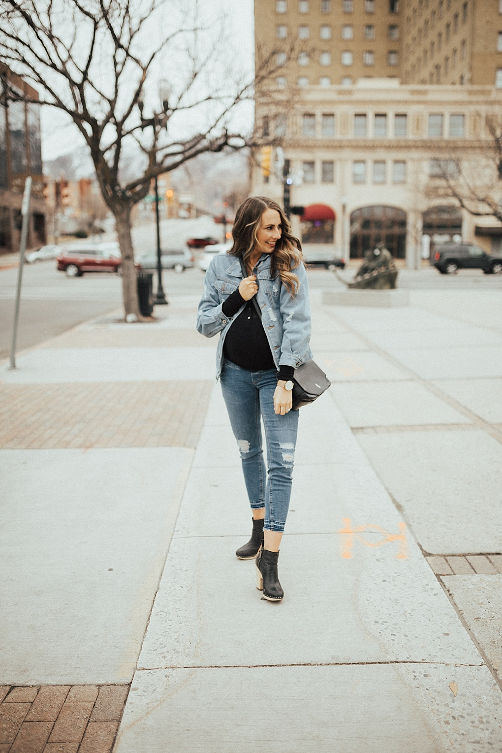 Ladies, are you loving the oversized jacket trend, but unsure on how to style it? Bookmark this ASAP to learn all the tips on mastering the oversized jacket trend.