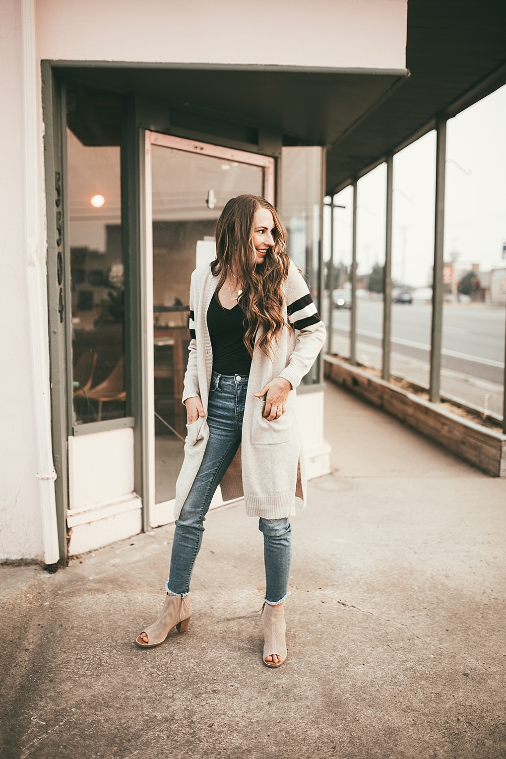 Have you ever wondered how to transition summer pieces into Fall? Utah Style Blogger Dani Marie is sharing how to transition your summer pieces for fall!