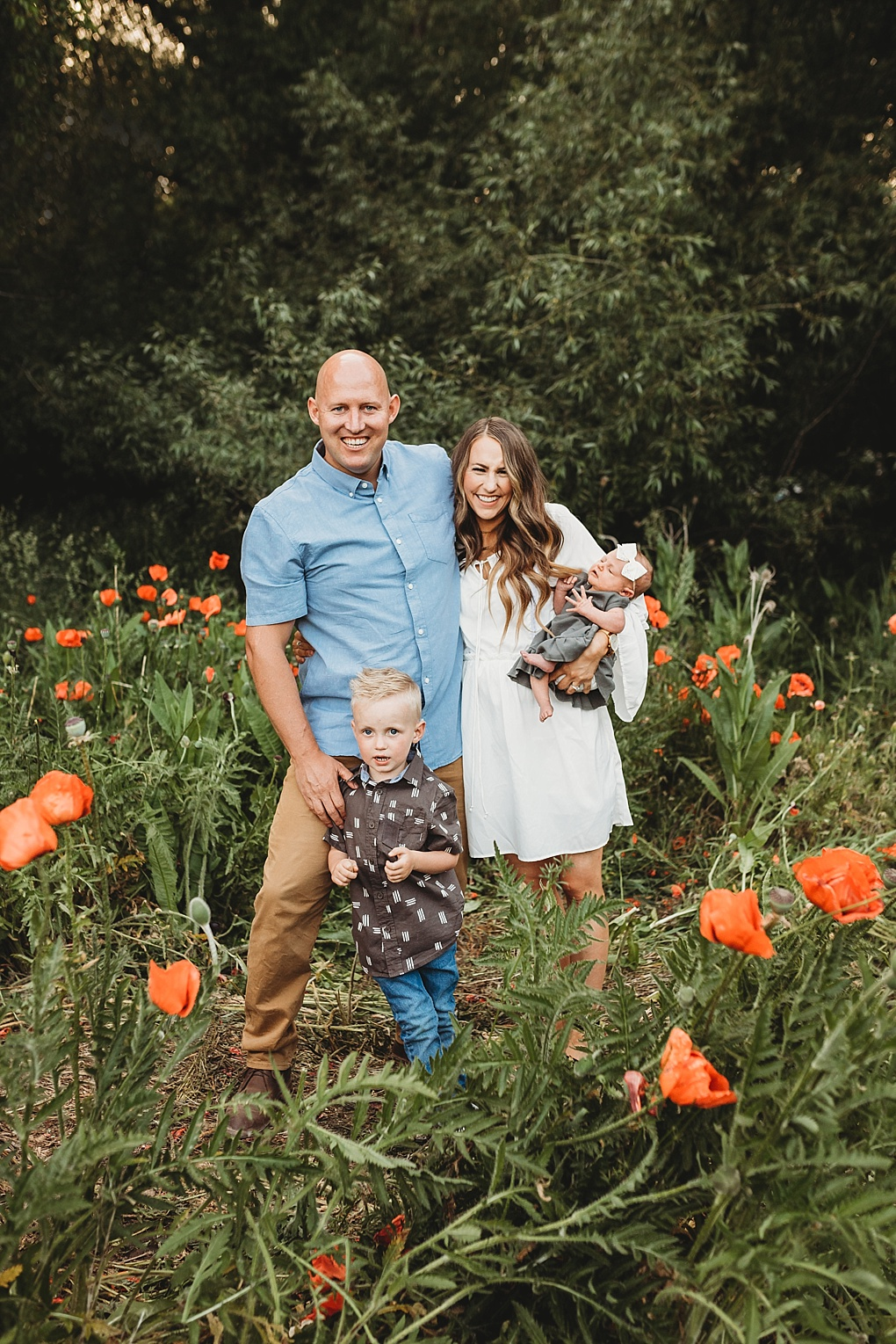 Bookmark this post ASAP if you need help planning your family photo. Utah Style Blogger Dani Marie is sharing her tip family photo outfit ideas here!