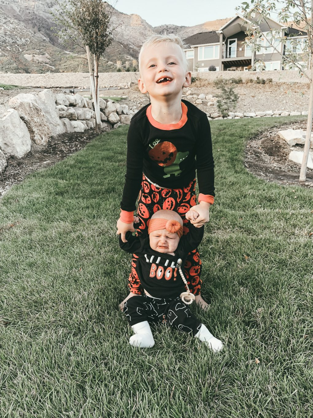 Anyone else SUPER excited for Halloween? Utah Style Blogger Dani Marie is sharing her top Halloween traditions with the kids for this year.