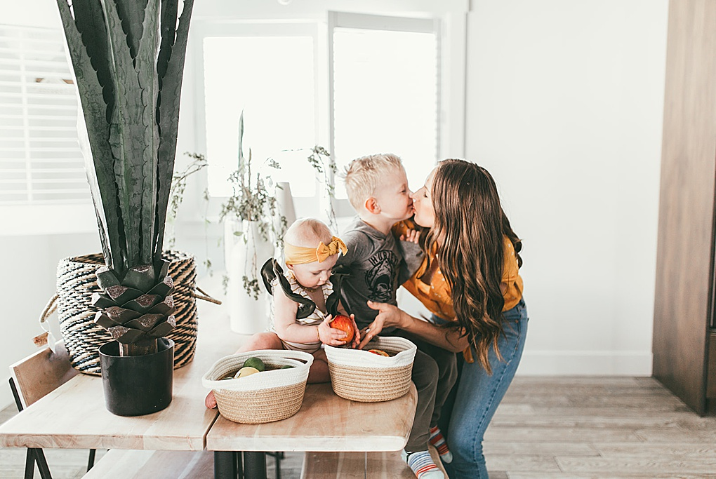 Looking to refresh a room this spring? Utah Lifestyle Blogger Dani Marie is sharing a simple way to refresh any room in a flash. See how here!